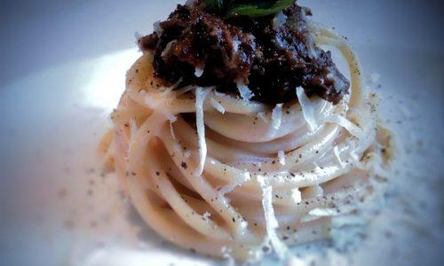 Bucatini in crema di mozzarella di bufala e ragù genovese