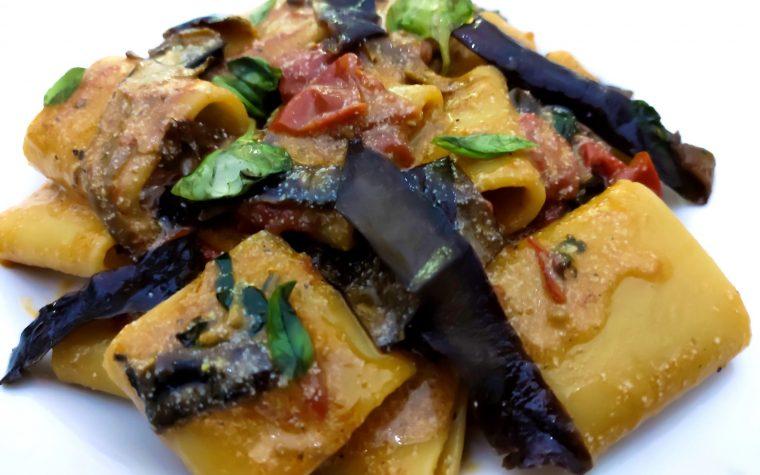 Paccheri con sugo di cipolla e pomodori datterini,con bucce di melanzane fritte in olio all'aglio,ricotta , pepe e basilico napoletano