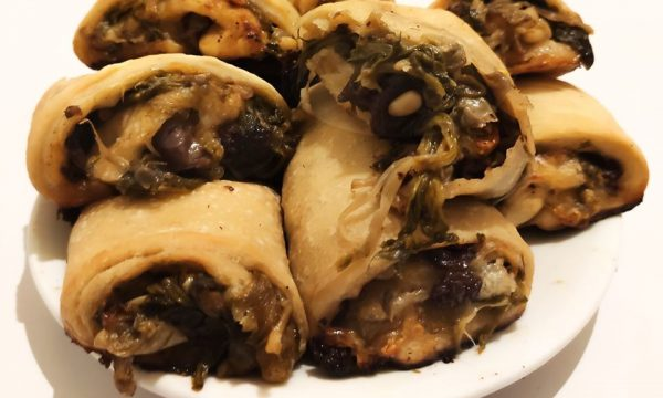 Panini napoletani con scarole,pinoli,olive nere,acciughe e provola